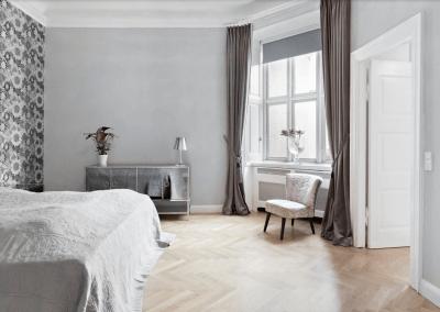 Soveværelse efter renovering i klassisk stil -