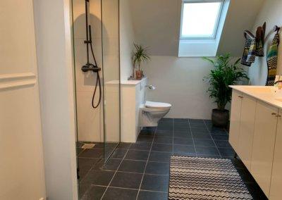 Opfriskning af badeværelseindretning, før/efter
