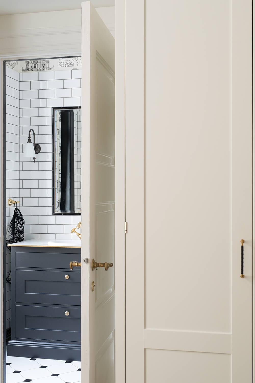 Nyindrettet soveværelse med kig til nyrenoveret badeværelse