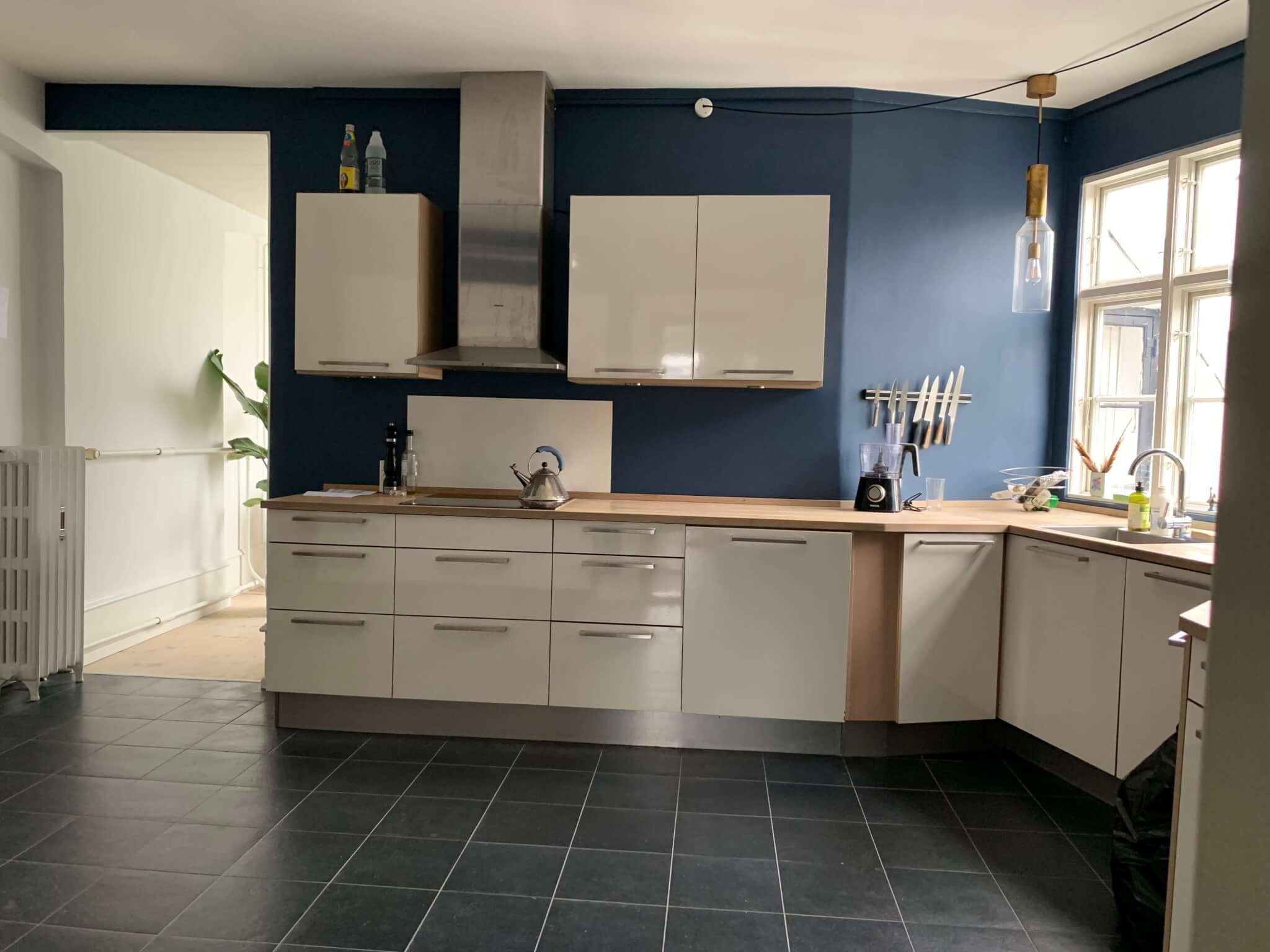 Opfriskning af køkken - med flot blå vægfarve