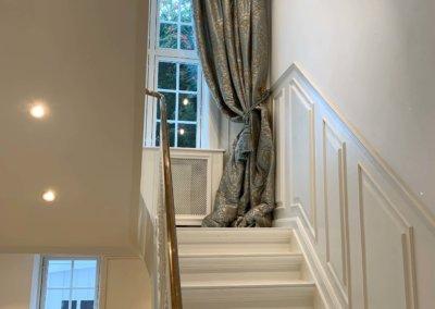 ved trappe med gardin